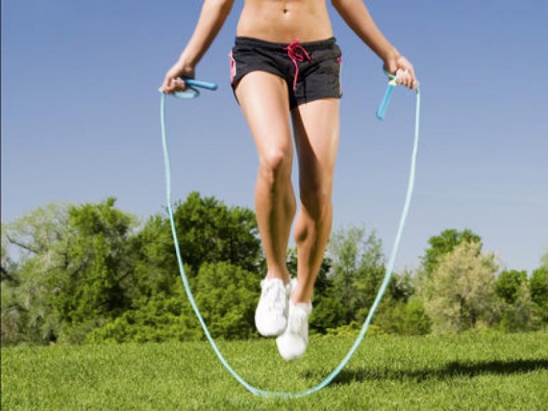 Trei exerciții simple și ieftine pe care le faci cu o coardă și te menții în formă