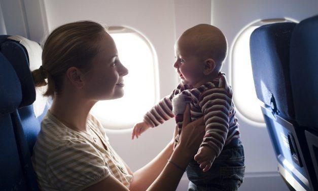 Secretele unei călătorii liniștite cu avionul alături de bebeluși