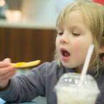 Raport OMS: copiii din Europa, victimele reclamelor care promovează alimente nesănătoase