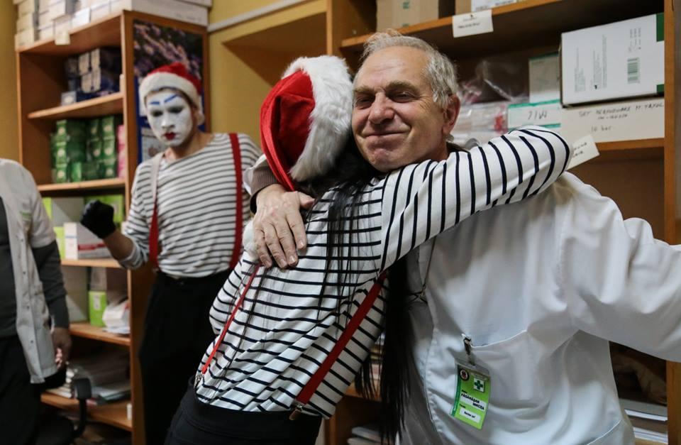 Cum a adus un grup de actori zâmbetul pe fețele a sute de pacienți. Cu îmbrățișări, cadouri și zâmbete