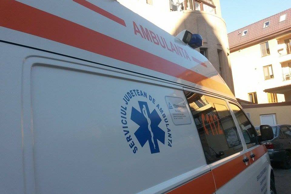 Accident cu o ambulanță aflată în misiune. 4 persoane au ajuns la spital