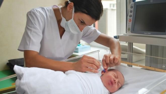Sute de copii se nasc cu probleme de auz. Programul de achiziție a aparatelor de testare auditivă este blocat