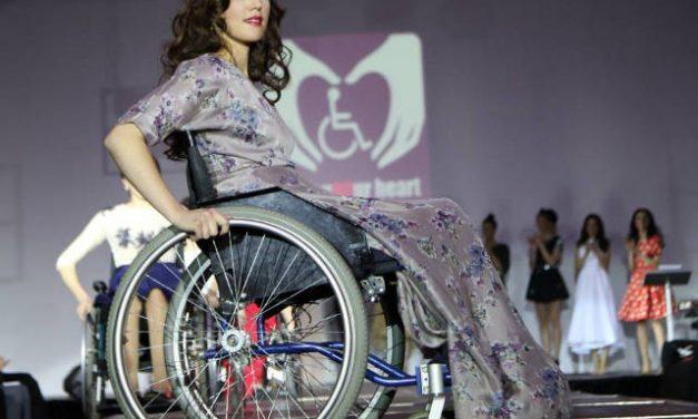 Frumusețea nu ține cont de tocuri la Atipic Beauty. Cum demonstrează 12 fete imobilizate în scaune cu rotile că pot defila pe podium
