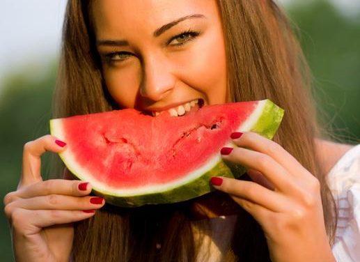 Slăbești și îți întărești sistemul imunitar dacă consumi pepene roșu. VEZI CE ALTE BENEFICII ARE FRUCTUL MINUNE