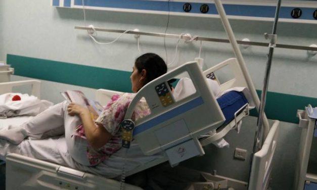 Un gest de umanitate într-un spital din România a devenit viral pe Facebook. O asistentă îi citește povești unei micuțe paciente