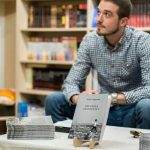 Un tânăr donează bani pentru Secția de Arși din Cluj, din vânzarea primului volum de poezii