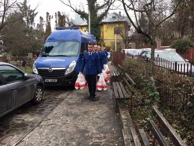 FOTO O altfel de misiune a jandarmilor. Au dus cadouri copiilor internați la Institutul de Oncologie Cluj
