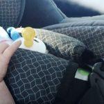Un bebeluș a fost uitat în mașină, în parcarea unui mall. Oamenii au sunat la 112