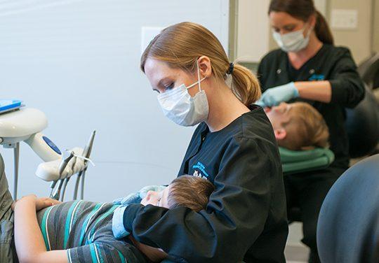 Copil de 1 an chinuit într-un cabinet stomatologic din Cluj. Părinții dați afară din cabinet