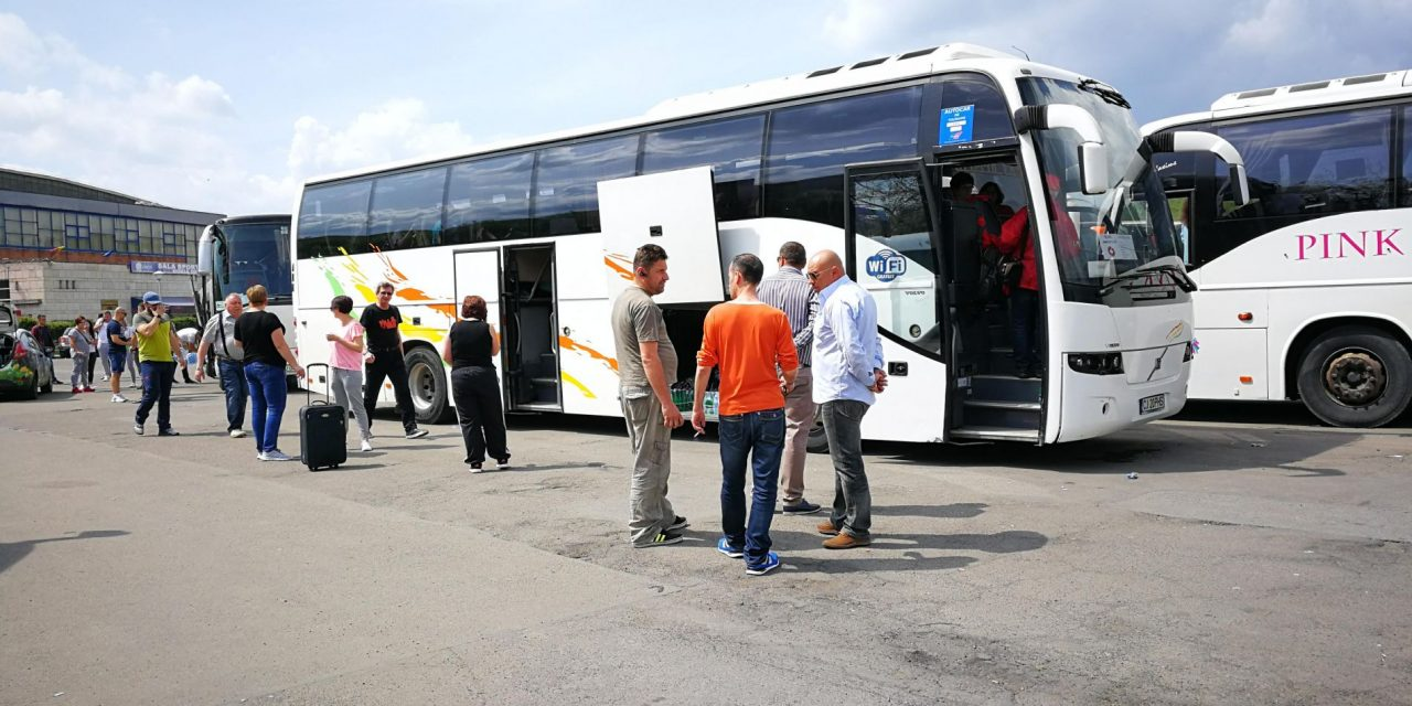 VIDEO Angajații din sănătate pregătiți din miting. Mai multe autocare au plecat spre București
