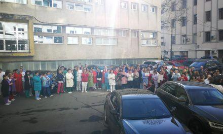 VIDEO Ce înseamnă solidaritatea de breaslă. Medicii din Institutul Inimii Cluj au ieșit din sălile de operații ca să se alăture protestului asistenților și infirmierilor