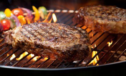 Carnea la grătar ne poate îmbolnăvi. Ce sfaturi au specialiștii