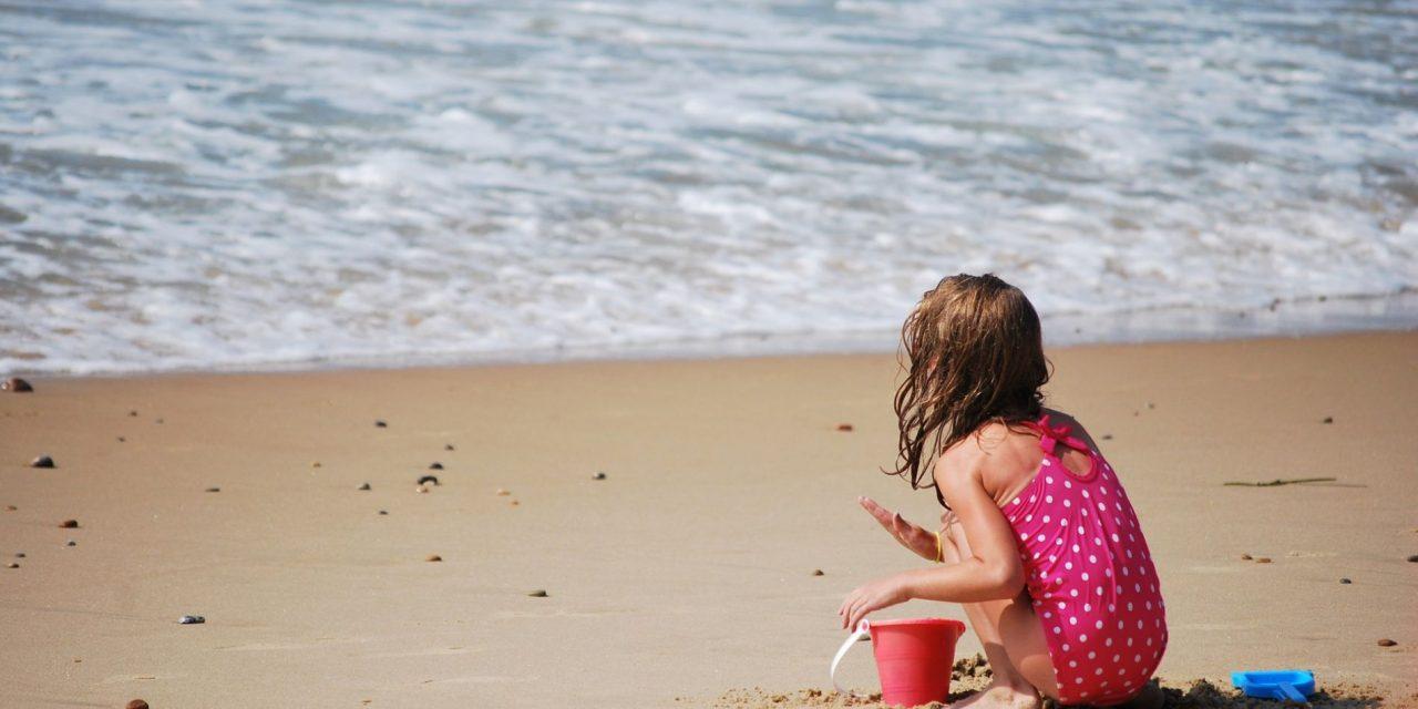 Cum prevenim și cum tratăm insolația la copii. Ce nu trebuie să lipsească din trusa de vacanță