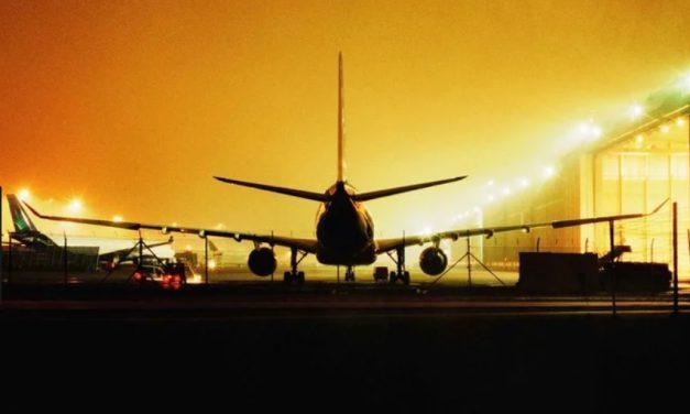 Avion izolat la sol din cauza unui pasager suspect de febră tifoidă. Bărbatul a fost transportat la spital pentru investigații