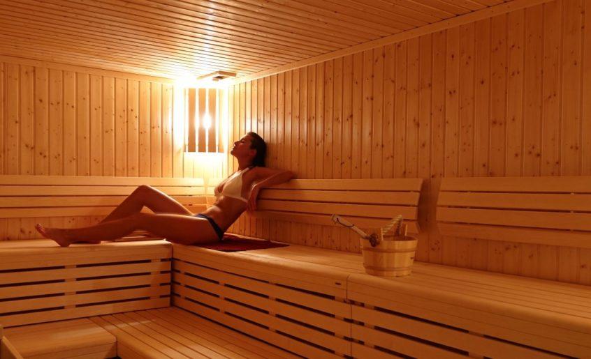 Cum să te relaxezi și să ai grijă de sănătate cu ședințe regulate în sauna finlandeză. Beneficii și avantaje ale saunei uscate