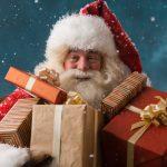 Orașul din România unde Moș Crăciun se plimbă timp de 3 săptămâni cu tramvaiul și oferă cadouri copiilor – FOTO