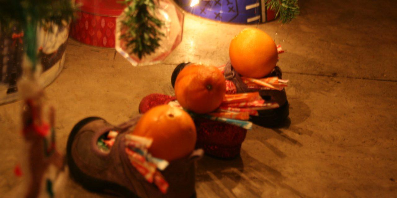 Cine este Moș Nicolae, Sfântul copiilor și al iubirii, care lasă noaptea daruri în ghetuțele puse pe geam