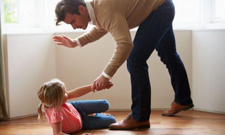 Raport World Vision: 1 din 2 părinți din România își lovește copilul. Cum se poate repeta oricând cazul copilului din Cluj, omorât în bătaie de mamă