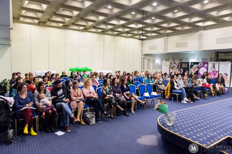 Părinții millennials se întâlnesc într-o conferință de amploare, unde discută despre business, stil de viață și priorități. Evenimentul e unul marca Mamprenoare