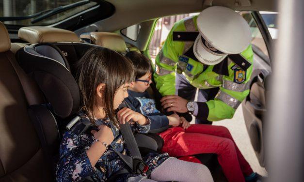 Cum își pun părinții copiii în pericol. 2 din 10 copii transportați în mașini pe drumurile din județul Cluj, nu erau puși în scăunele sau alte sisteme de siguranță