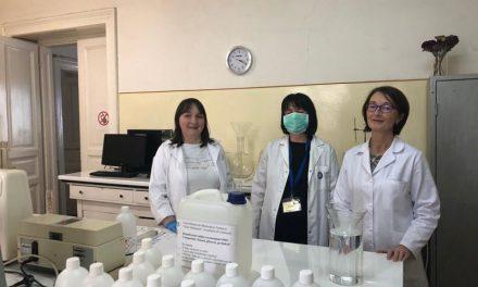 Farmaciștii și specialiștii din UMF Cluj sar în ajutorul personalului medical din spitale. Au preparat dezinfectant după o rețetă aprobată de OMS