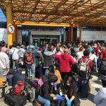 Anchetă la Aeroportul Cluj după ce 2000 de persoane stau nas în nas în parcarea aerogării. Ce spune ministrul Sănătății
