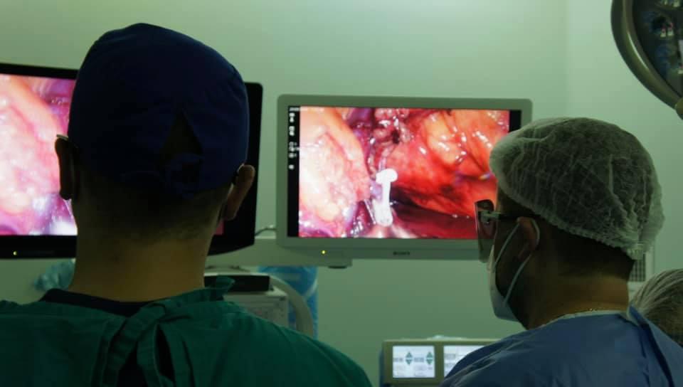 Premieră la ICUTR Cluj. Rinichi transplantat de la mamă la fiu, cu ajutorul unui laparoscop tridimensional