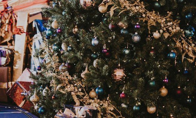Cum decorăm bradul de Crăciun. TOP 3 idei potrivite pentru a împodobi bradul alături de copii