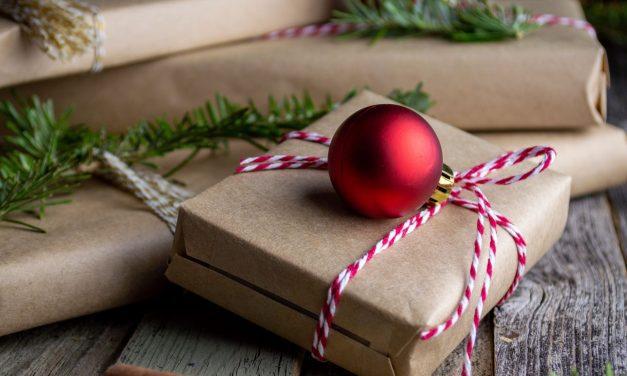 Bugetul pentru cadouri de iarnă: cum îl construim, ce cadouri cumpărăm și cum împărțim banii între cei doi Moși. Sfatul consultantului financiar