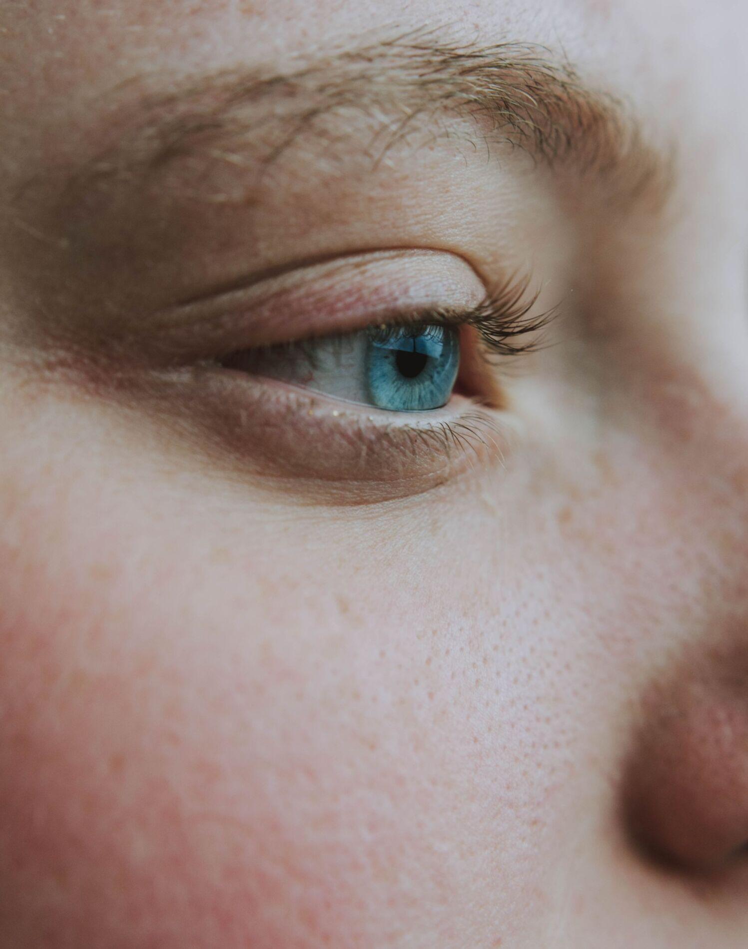"""Senzația de ochi obositi. Cauze, tratament, prevenție. Dr. Raluca Popescu: """"Este al doilea cel mai frecvent simptom întâlnit în cabinetele oftalmologice"""""""