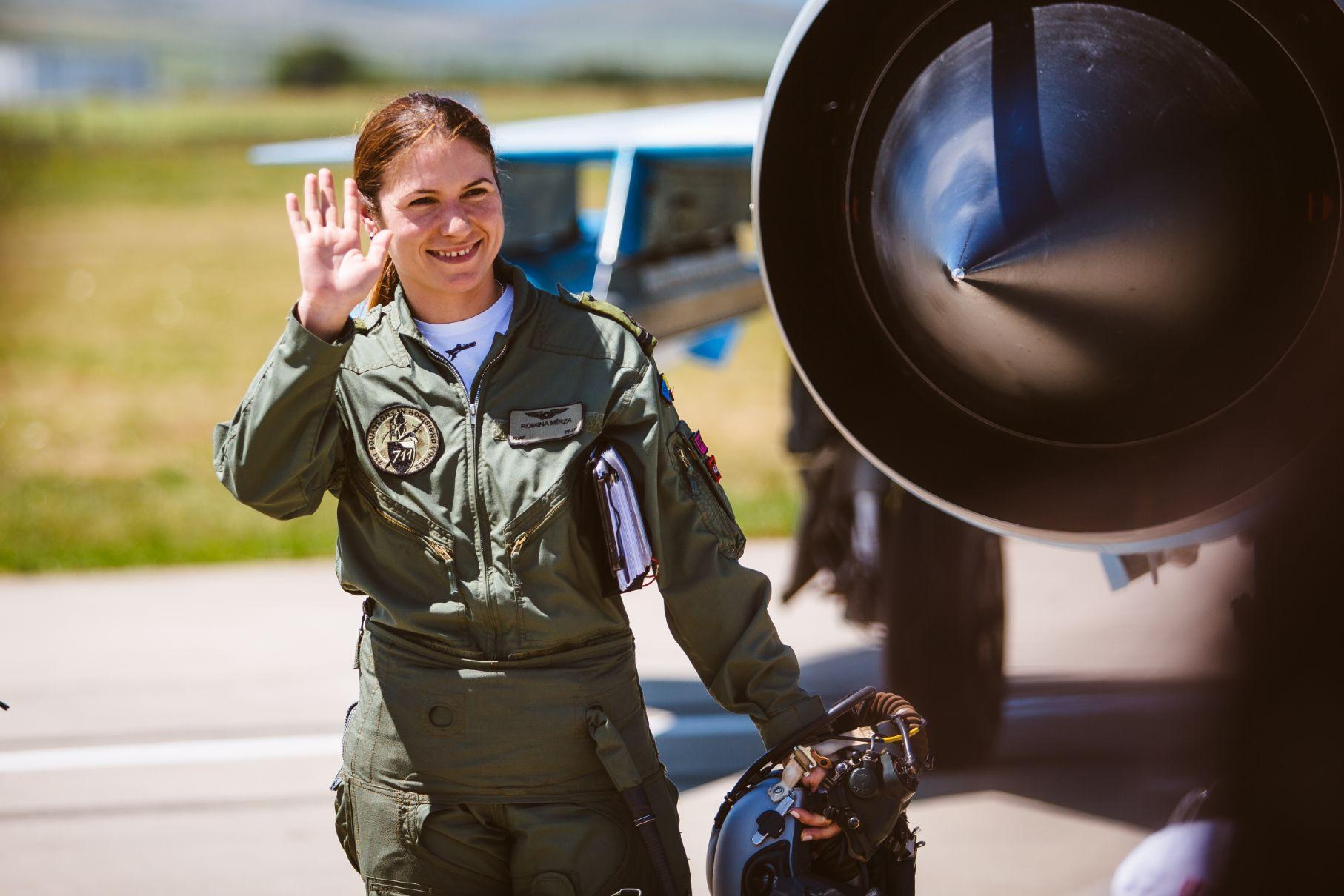 #OameniCareUimesc Romina Mîrza, prima și singura româncă pilot operațional, care face Poliție Aeriană de la manșa MIG-ului 21 Lancer