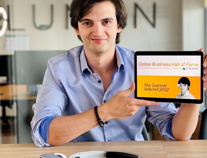 """Premieră: primul român laureat al """"Global Business Hall of Fame"""" a creat sisteme de asistență pentru nevăzători"""