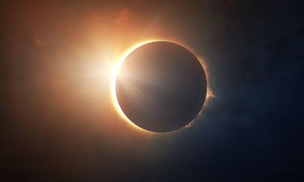 """Cum urmărim eclipsa de soare, fără să ne punem vederea în pericol. Medic oftalmolog: """"Privitul fără protecție sau folosind improvizații poate duce la arsuri ireversibile ale retinei, chiar și la pierderea vederii"""""""