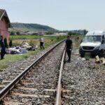 Plan roșu de intervenție în Cluj. Un microbuz plin cu pasageri a fost lovit de un tren