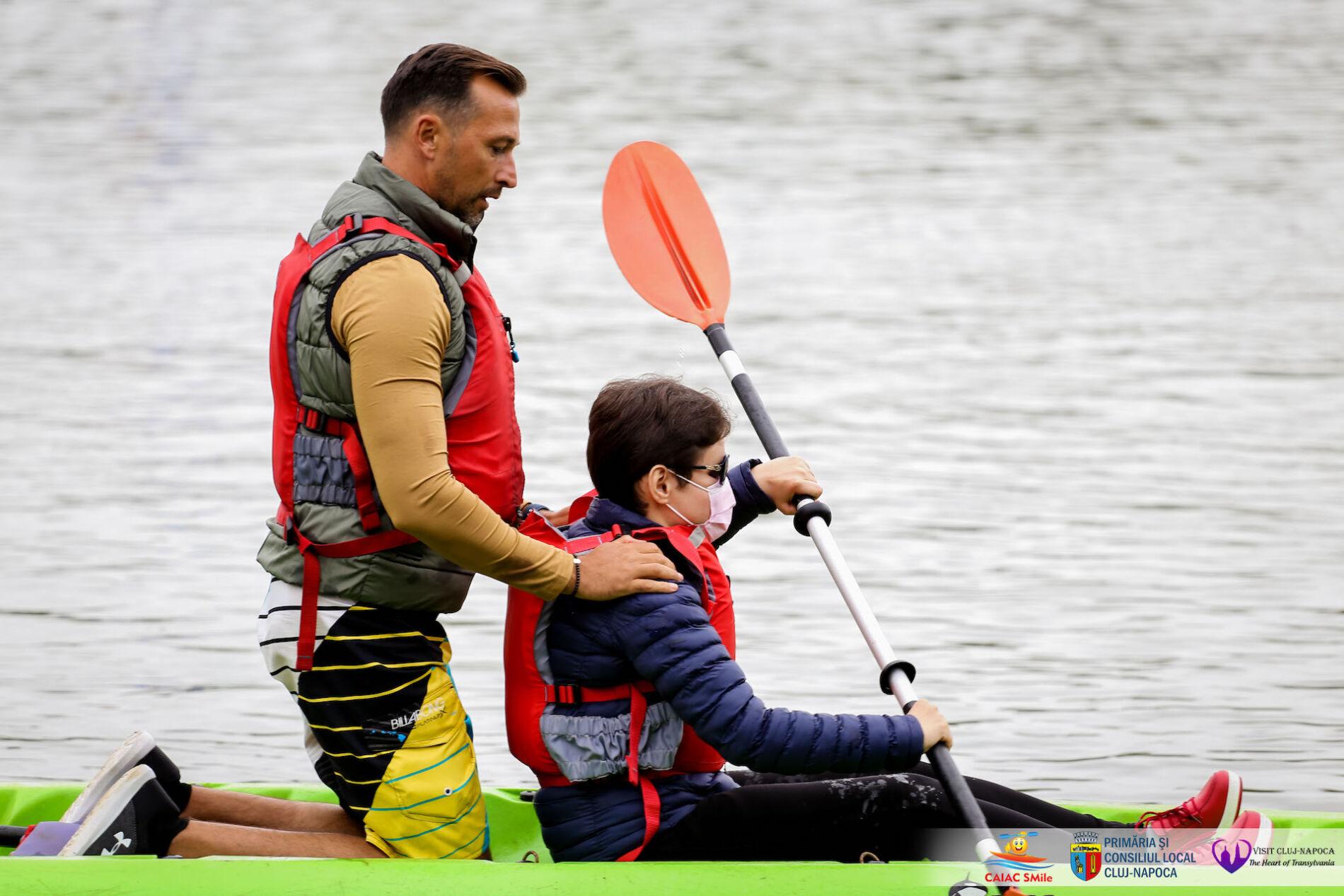 Inedit. O nevăzătoare din Cluj a învăţat să vâslească în caiac pe lacul Gheorgheni