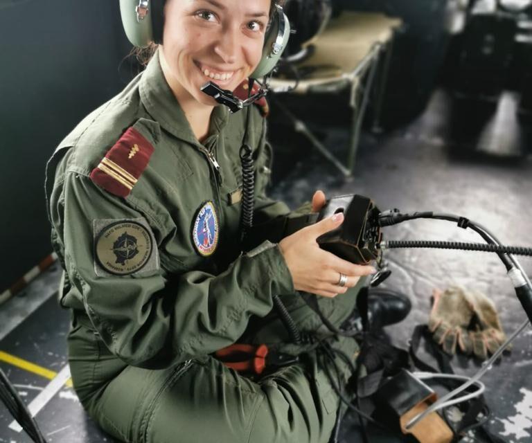 """Lt. Dr. Carmen Balog, singura femeie medic de urgență dintr-o Unitate Medicală de Aviație din România, a primit Emblema de Merit """"Acțiuni Umanitare"""" clasa a III-a"""
