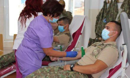 """Militarii clujeni donează sânge. Campania """"Salvează o viață"""", demarată în an aniversar al Diviziei 4 Gemina"""