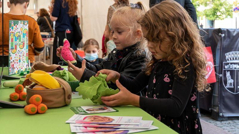 """""""Sănătos de mic"""", un proiect ambițios ce are drept scop reducerea obezității în rândul copiilor. Căpitanul Farfurie și Ghidul pentru părinți, armele secrete ale proiectului"""